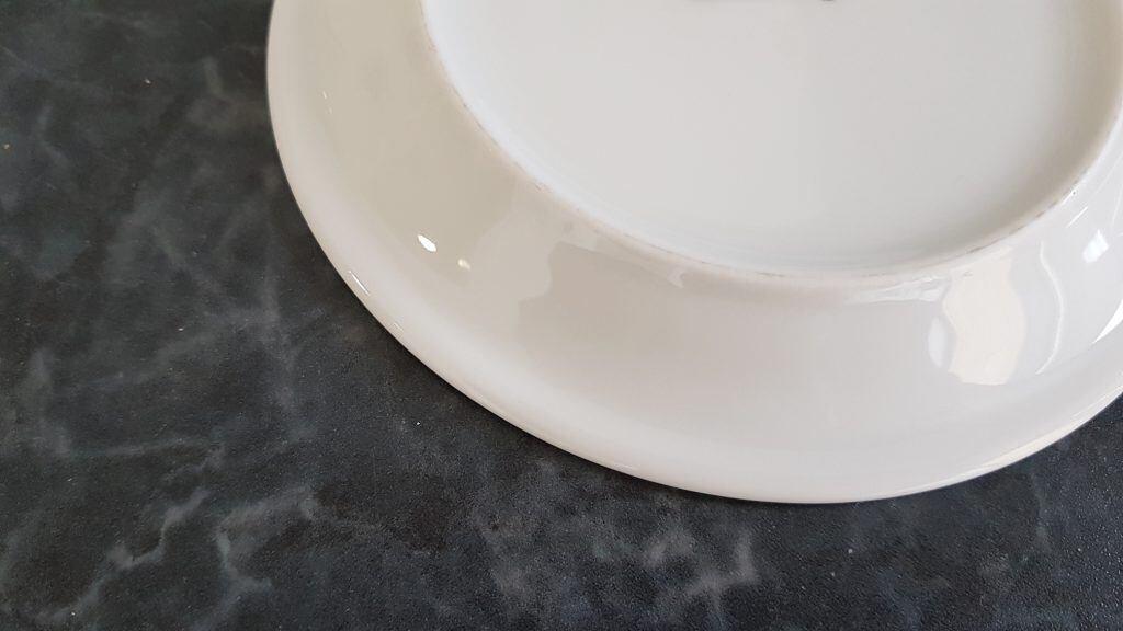 Mit der rauen Fläche an der Unterseite von Keramiktellern oder -Tassen lassen sich zur Not auch Messer schleifen