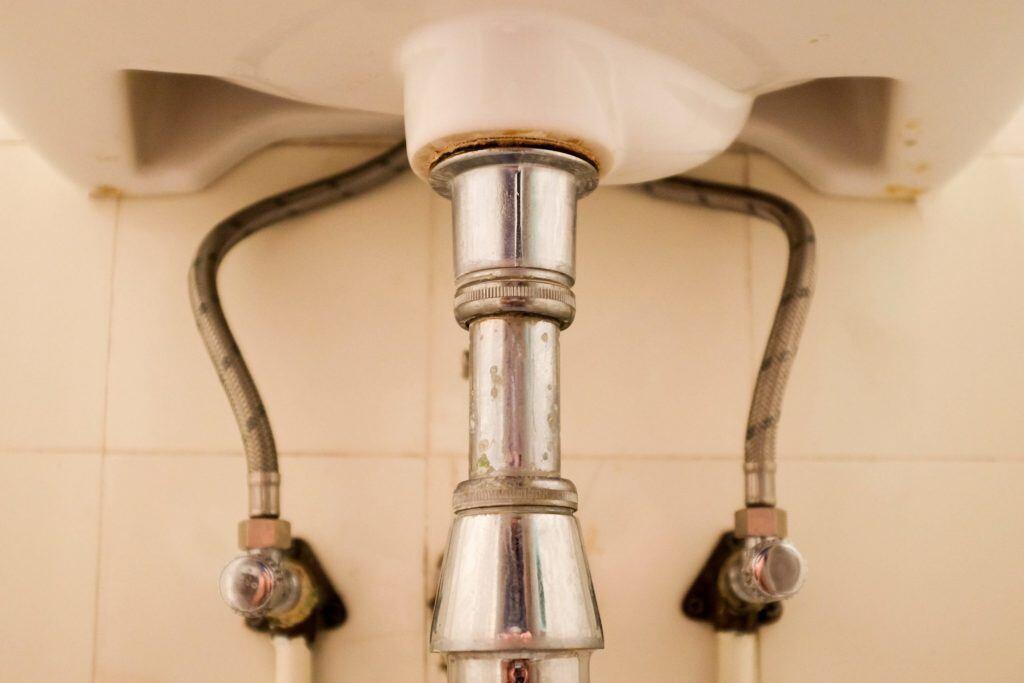 Siphon unter einem Waschbecken