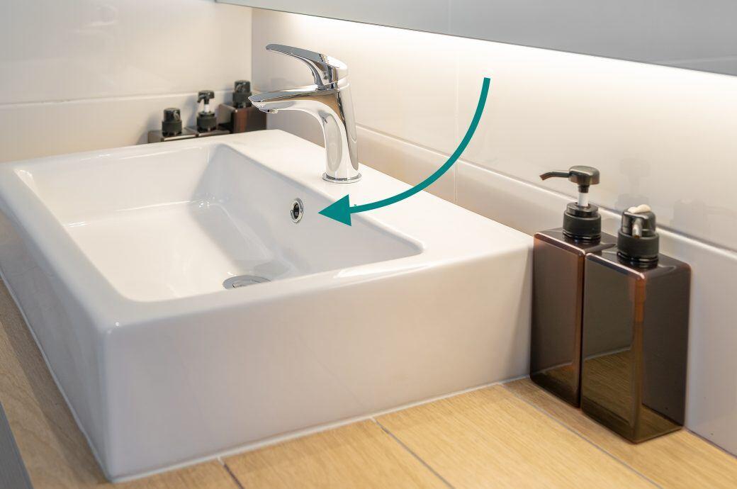 Die zwei Funktionen des Lochs im Waschbecken unter dem Hahn