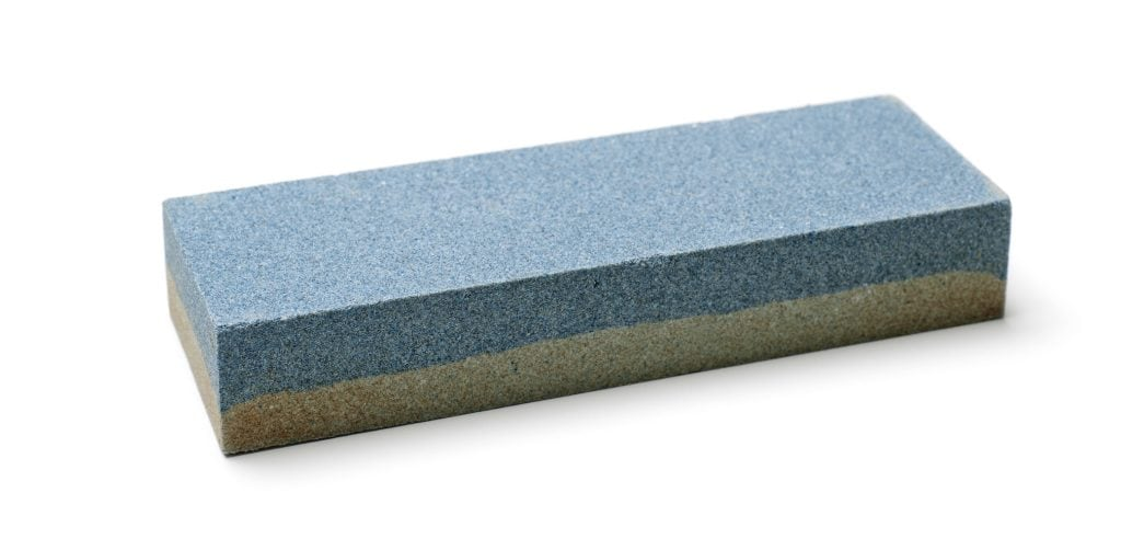 Wetzsteine gibt es oft mit verschiedenen Körnungen auf Ober- und Unterseite