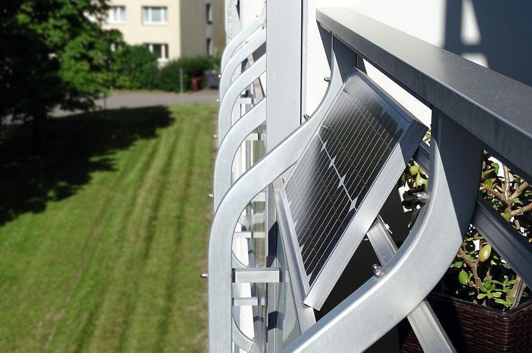Auch Mieter können die Mini-Solaranlagen auf dem Balkon anbringen