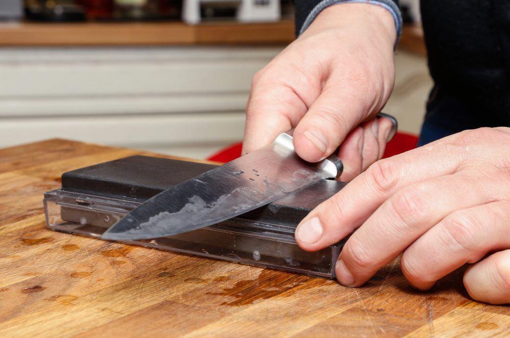 Mit einem feinen Wetzstein wird das Messer besonders scharf