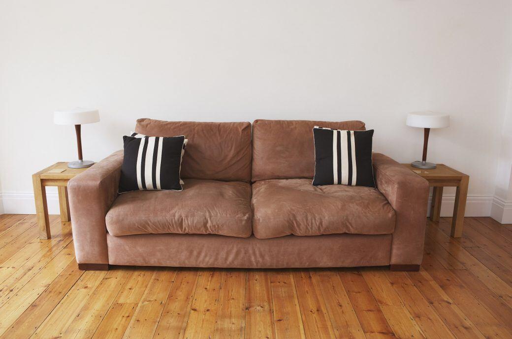 Mit Hausmitteln Sofapolster reinigen