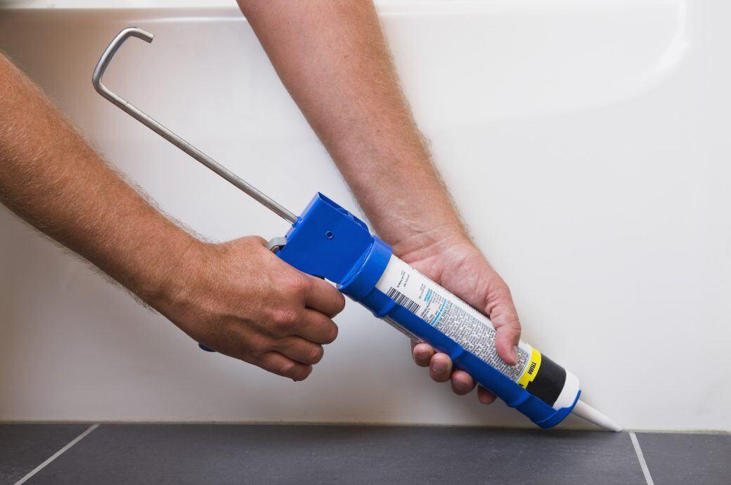 Im Bad lassen sich schimmelige Fugen kaum vermeiden. Abhilfe versprechen hier Silikon-Fugenmassen mit Pilzhemmer.