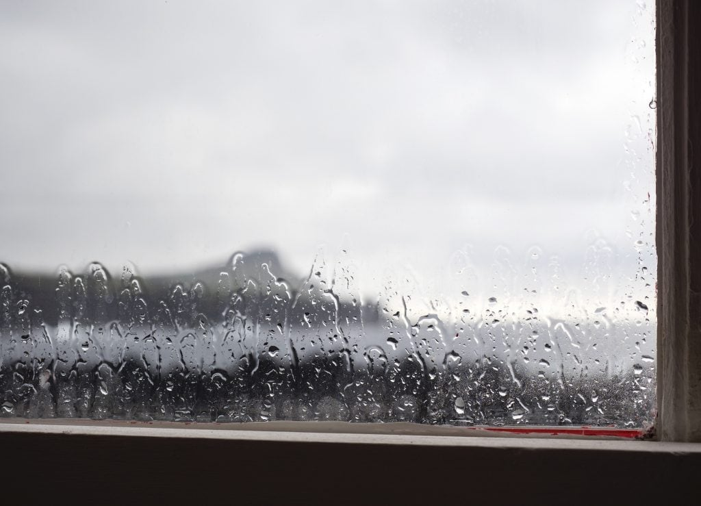 Vor allem alte Fenster können im Lauf der Zeit undicht werden