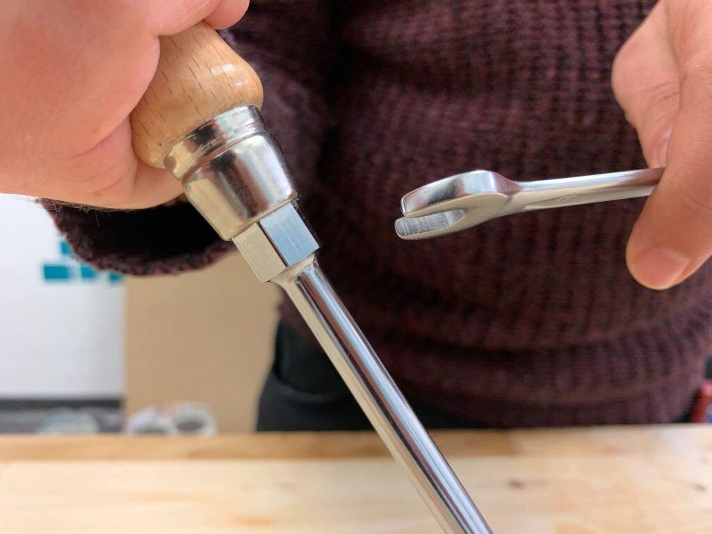 Mit einem Mauschlüssel kann man das Drehmoment des Schraubendrehers unterstützen