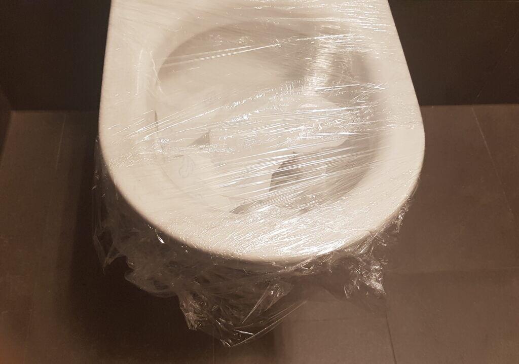 Eine verstopfte Toilette kann mit Frischhaltefolie wieder durchlässig werden