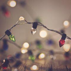 Darf eine Lichterkette dauerhaft am Balkon hängen?