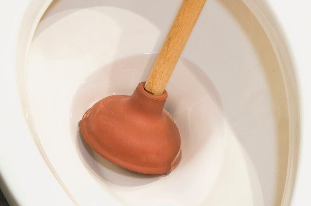 Wenn man keine Saugglocke zur Hand hat, hilft bei einer verstopften Toilette auch Frischhaltefolie