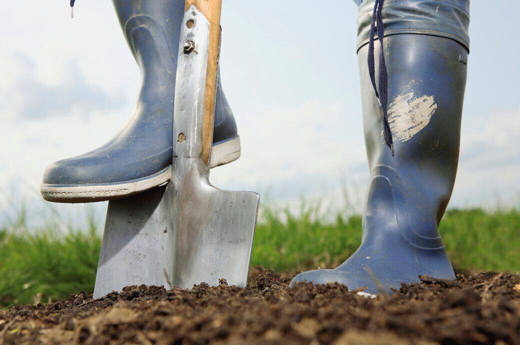 Bei Erdarbeiten ist es wichtig zu wissen, bis in welche Tiefe das eigene Grundstück reicht