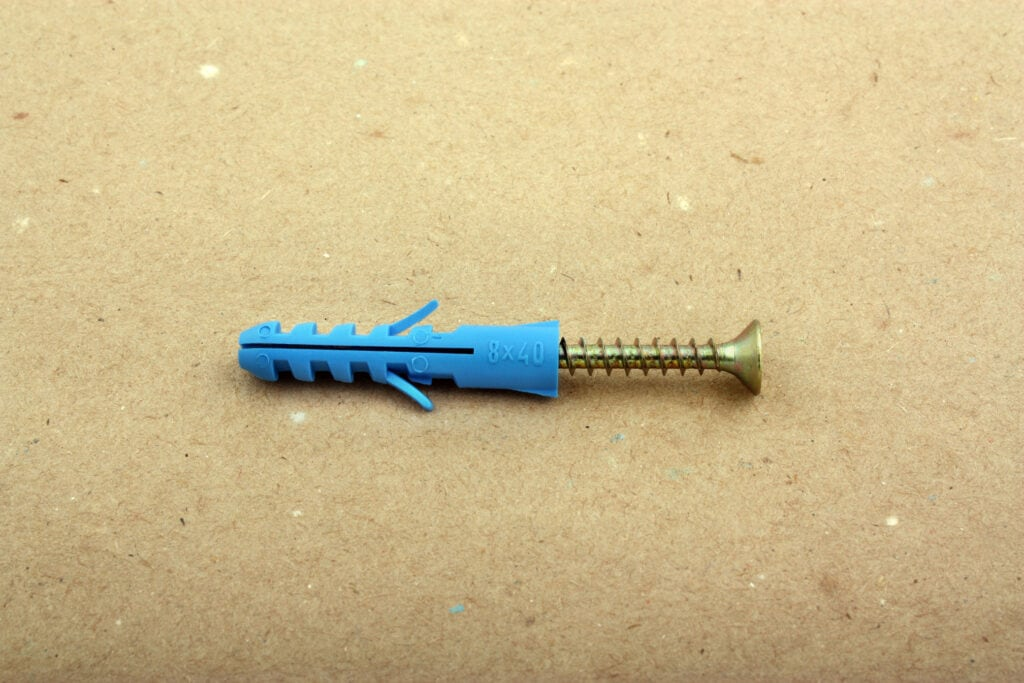 Eine Schraube kann helfen, um einen Dübel in der Wand zu entfernenu