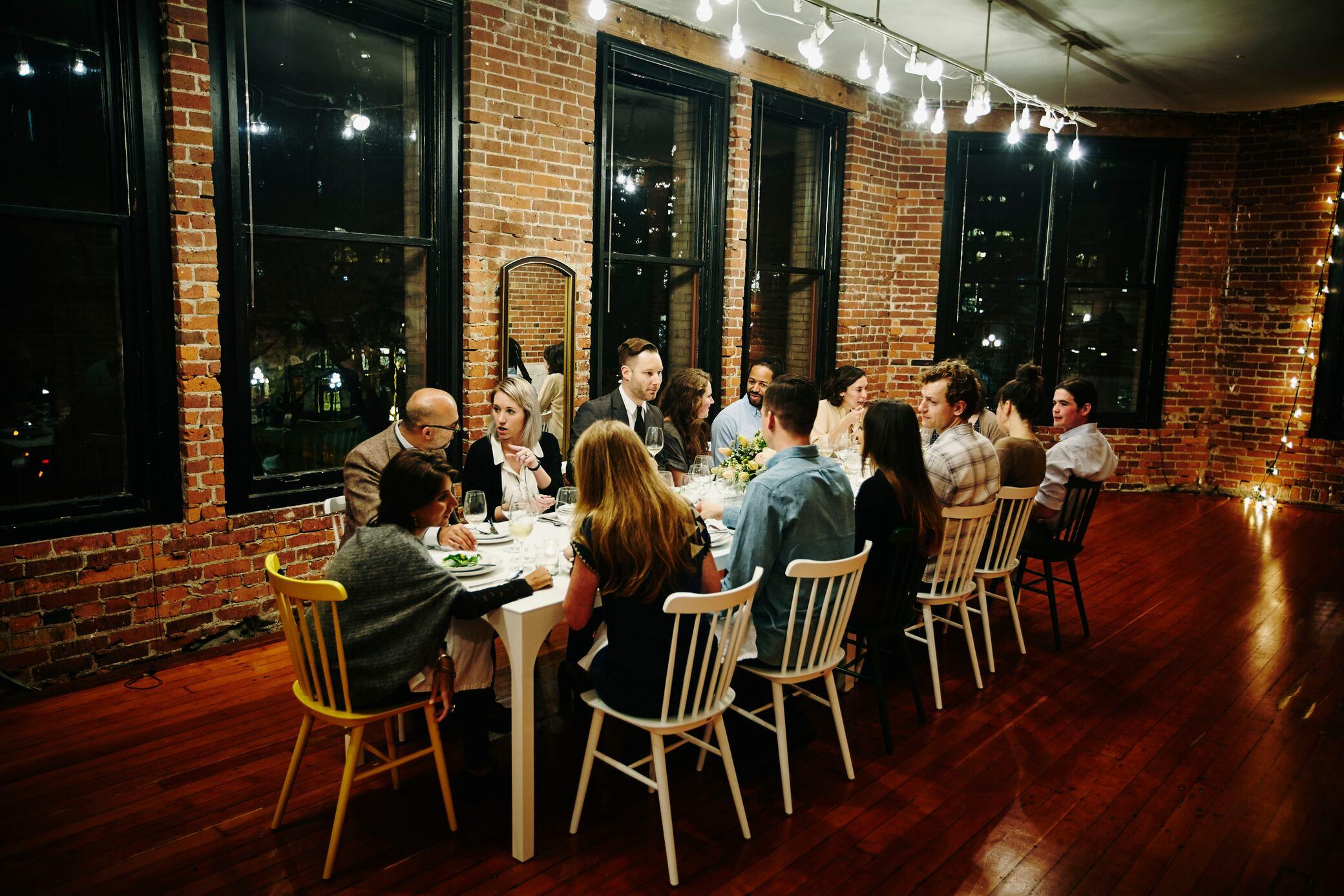 Tisch zu klein? Wie trotzdem alle Gäste Platz haben