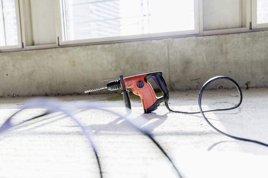 Mit dem Bohrhammer lässt es sich fast mühelos in Beton bohren