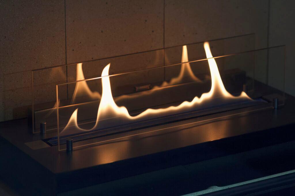 Bei den Flammen eines Ethanolkamins handelt es sich um brennenden Bioethanol
