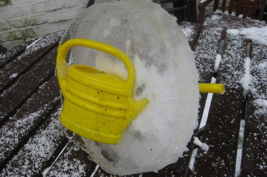 Den Garten und Gartengeräte vor Frostsprengung schützen