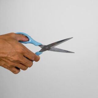 Ist die Schere stumpf, kann sie mit wenigen Mitteln wieder geschärft werden