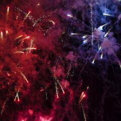 Ein Feuerwerk ist zwar schön anzusehen, kann aber auch gefährlich sein – beispielsweise, wenn man es vom Balkon aus abfeuert