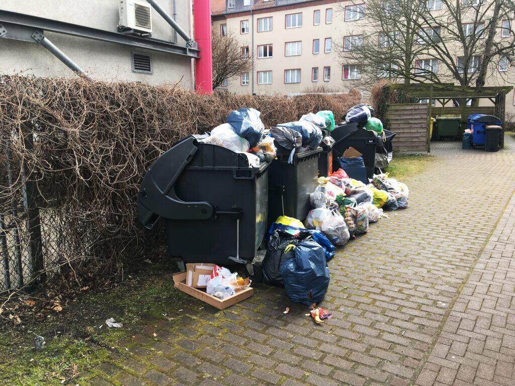 Darf man Müll neben die volle Tonne stellen?