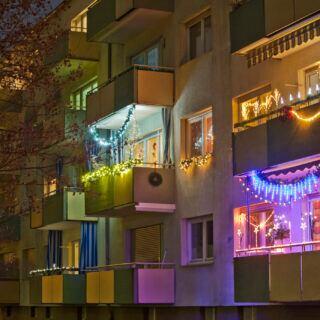 Balkone mit weihnachtlicher Dekoration