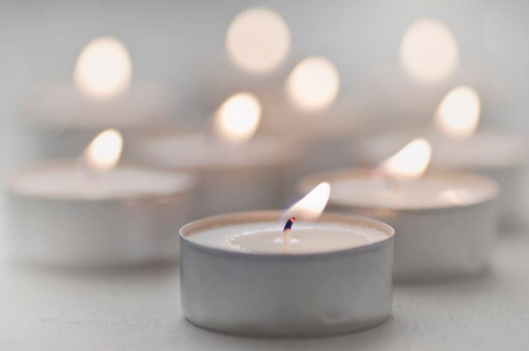 Viele Kerzen entwickeln Ruß – beispielsweise auch Teelichter