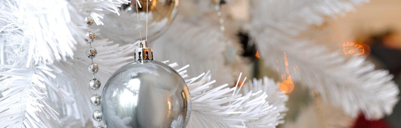 Ein künstlicher Weihnachtsbaum in weiß