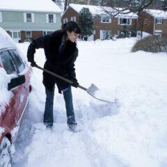 Beim Schneeschaufeln kommt es auf die richtige Technik an