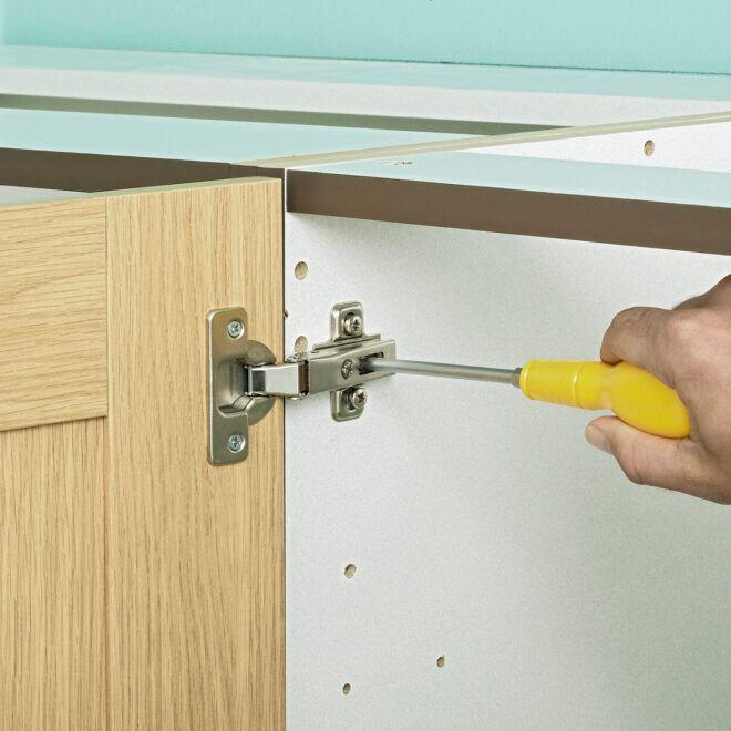 Beim Einstellen der Türscharniere sind vor allem die beiden Arretierschrauben wichtig