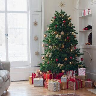 Ein Weihnachtsbaum voller Geschenke