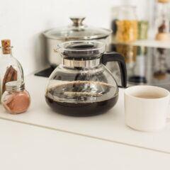 Eine Kaffeekanne steht auf dem Tisch