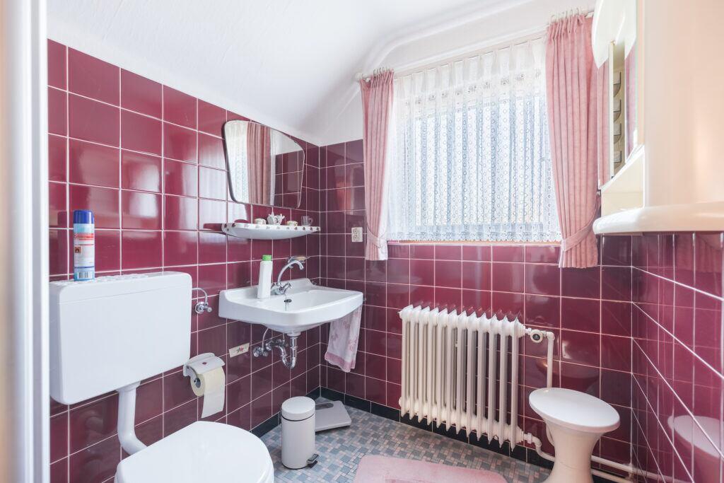 Kleine Spiegel verkleinern das Badezimmer