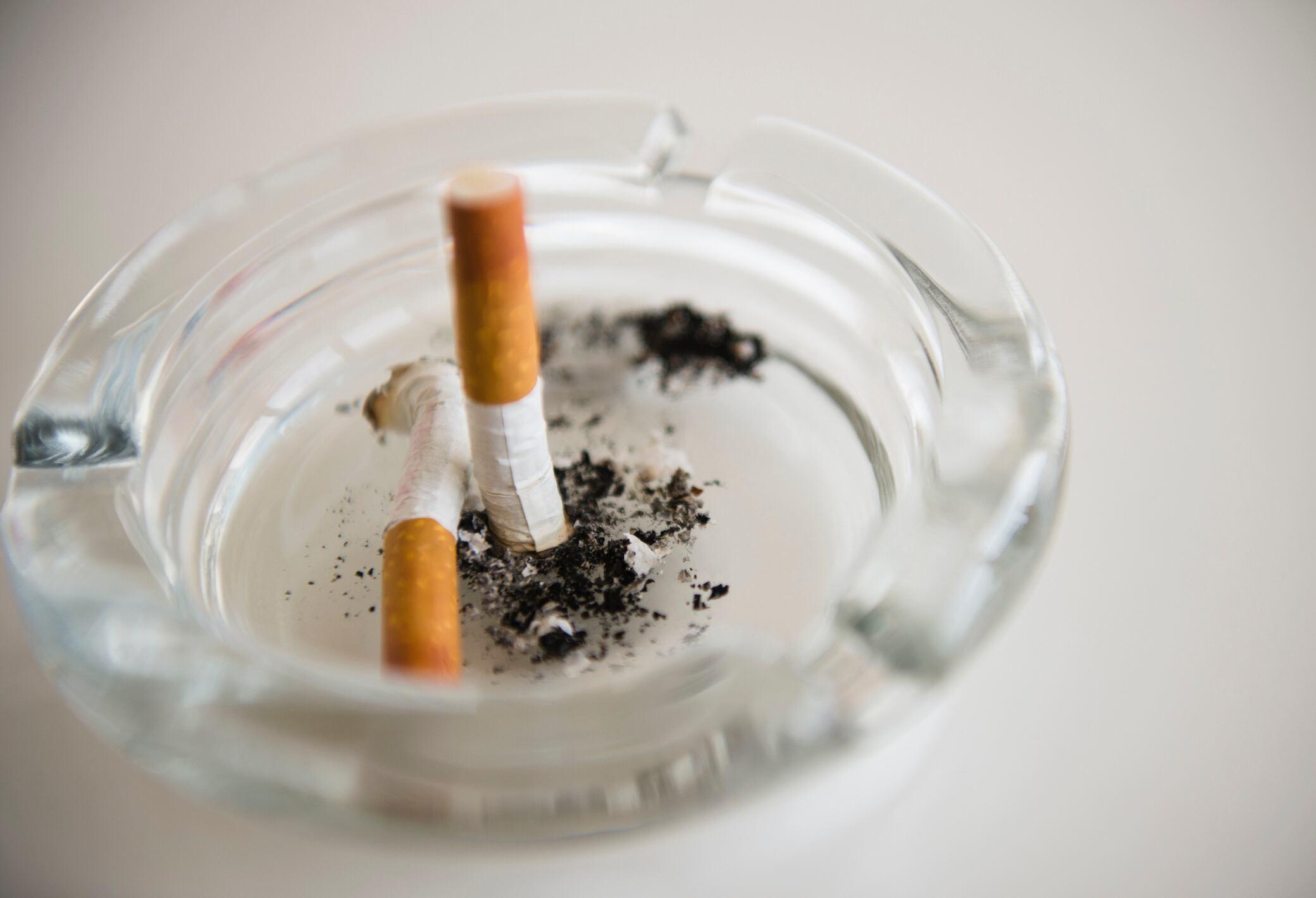 6 Tipps, um Rauchgeruch aus der Wohnung zu entfernen