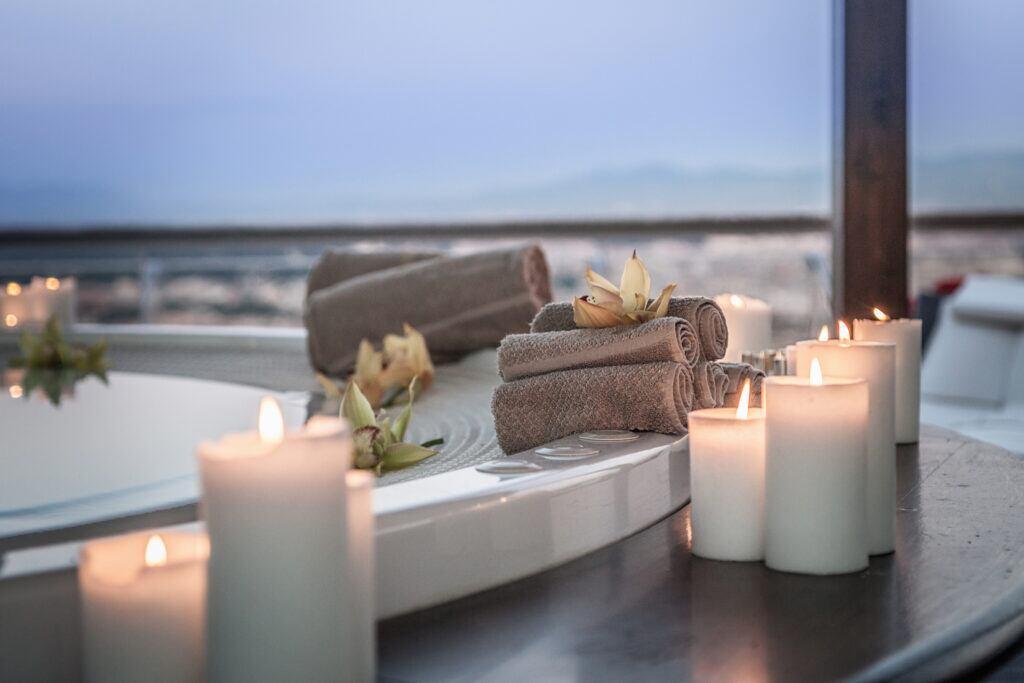 Kerzen an der Badewanne schaffen eine behagliche Stimmung