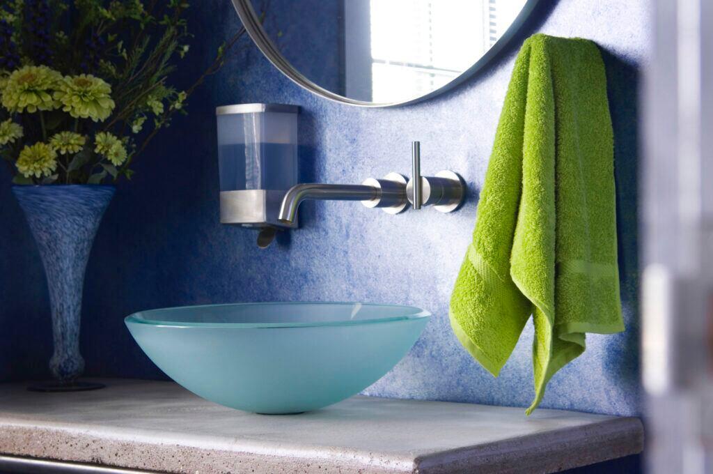 Zu viele Farben wirken im Badezimmer erdrückend