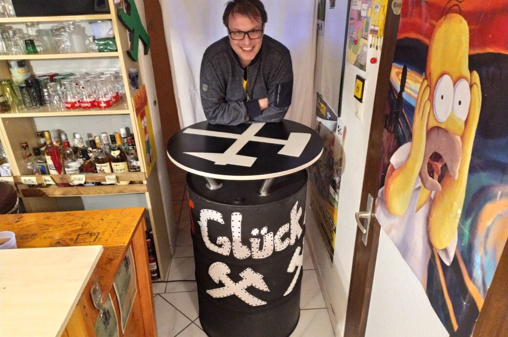 Leser Björn zeigt seinen ganzen Stolz: einen DIY-Stehtisch aus einem alten Fass