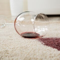 Ein Rotweinfleck auf dem Teppich ist zwar ärgerlich, lässt sich aber auch wieder entfernen