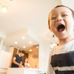 Ein Kind schreit, im Hintergrund sind Eltern zu sehen