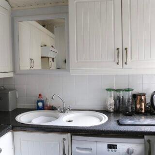 In kleinen Küchen Platz sparen und für Ordnung sorgen