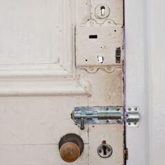 Zusätzliche Schlösser an der Wohnungstür können die Sicherheit erhöhen