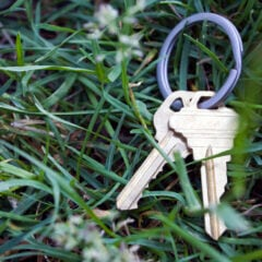 Hat man den Schlüssel verloren, sollte man das beim Vermieter oder bei der Hausverwaltung melden