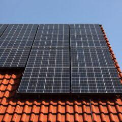 Mit der richtigen Anlage kann man die Sonnenenergie im Haushalt nutzen