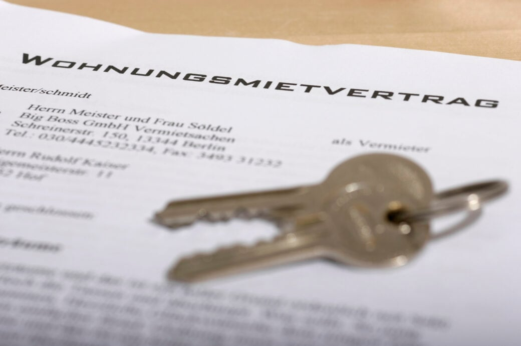 Indexmietvertrag: Auf einem Formular für einen Mietvertrag liegt ein Sclüsselpaar