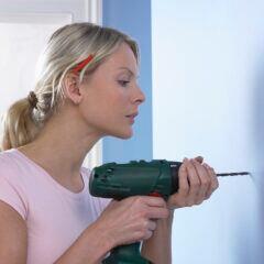 Um Löcher gerade in die Wand zu bohren, helfen zwei Tricks