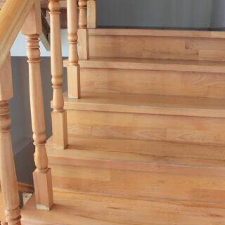Wenn die Holztreppe quietscht und knarrt, können bereits ein paar Handgriffe helfen