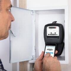 Die alten Stromzähler werden durch smarte Geräte ausgetauscht