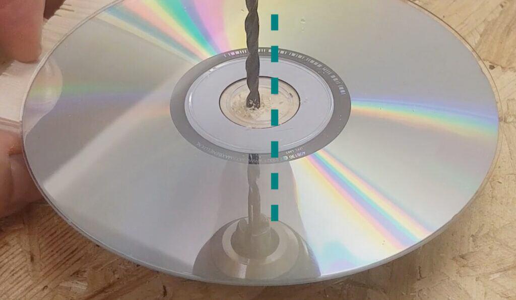 Die Reflexion auf der spiegelnden Seite der CD hilft beim Bohren