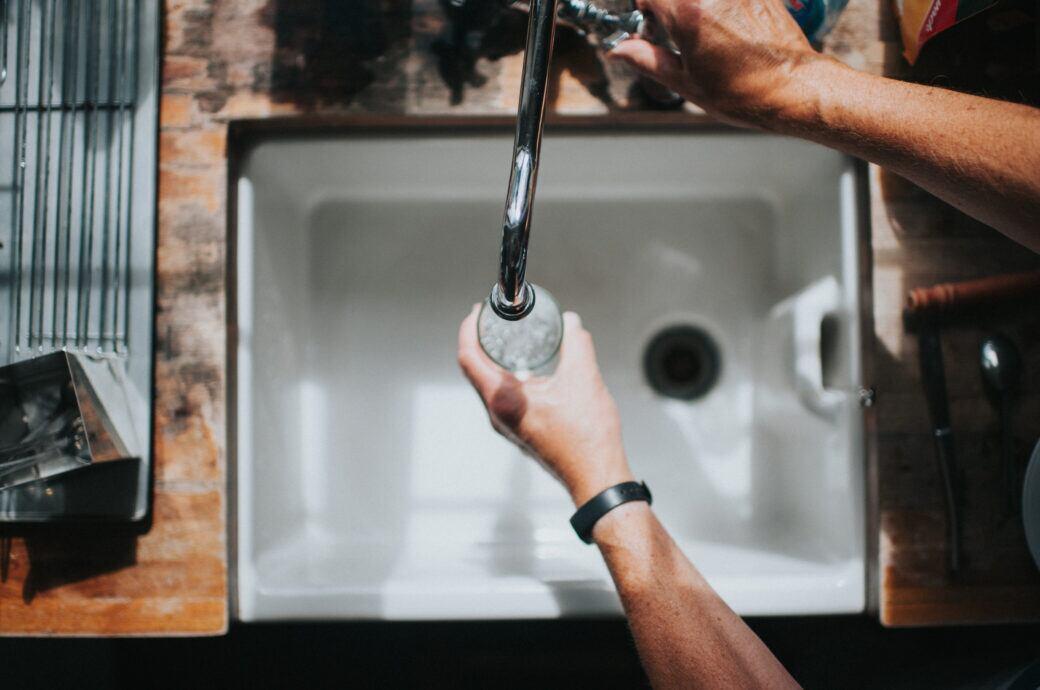 Kann sich Corona auch über das Trinkwasser oder Abwasser verbreiten?