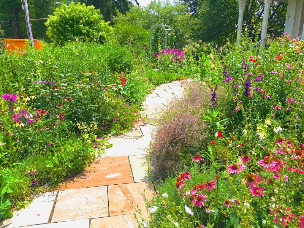 Ein geschwungener Verlauf fügt sich harmonisch in den Garten ein