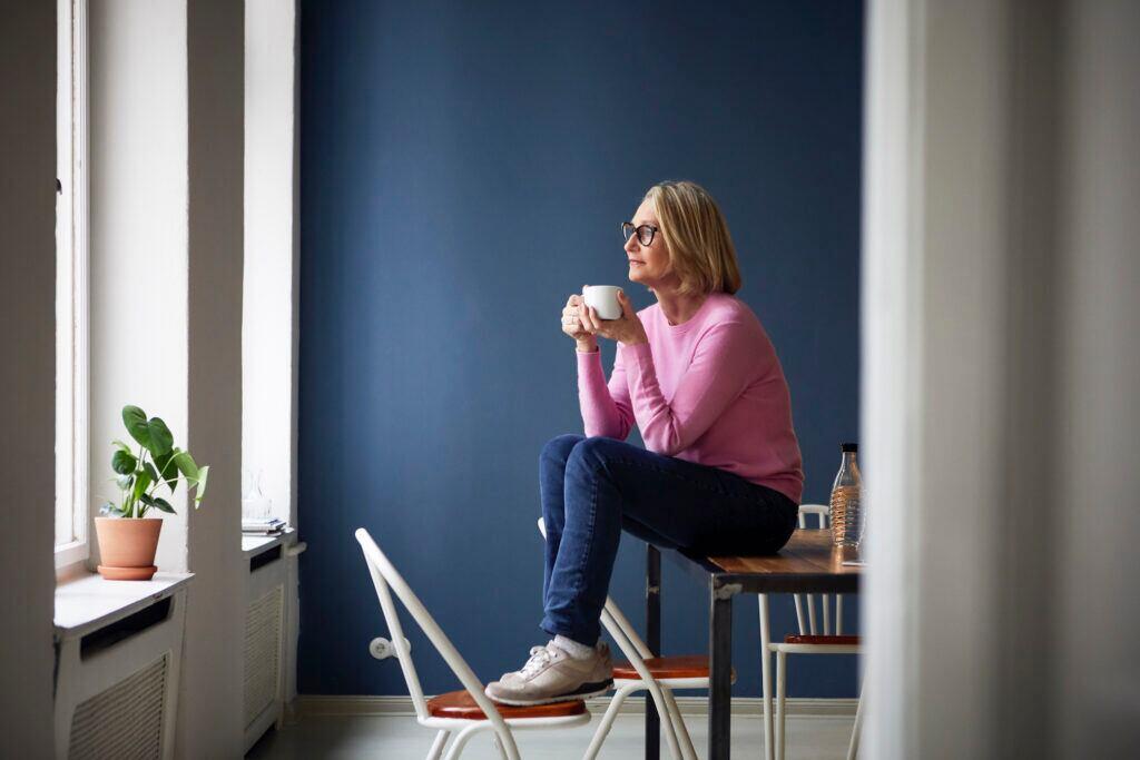 Mit dunklen Wandfarben kann man Räume kleiner wirken lassen