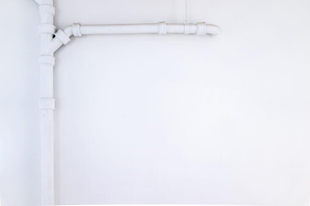 Tipps, um Rohre mit Alltagsgegenständen ohne großen Aufwand zu kaschieren