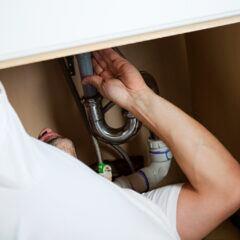 Ein Klempner bei der Arbeit - auch in Zeiten von Corona?